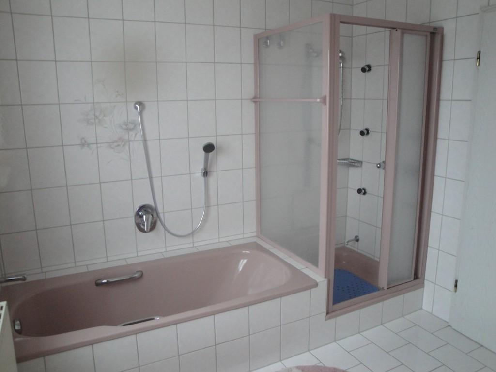 Bad mit Dusche und Badwanne